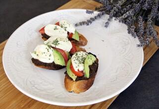 Kad ti frendica dolazi na kavu poslije posla ili Brusketi s rajčicom i avokadom te tapenadom od maslina – Dan 25.